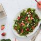 salada com morangos, queijo cabra e nozes pecan